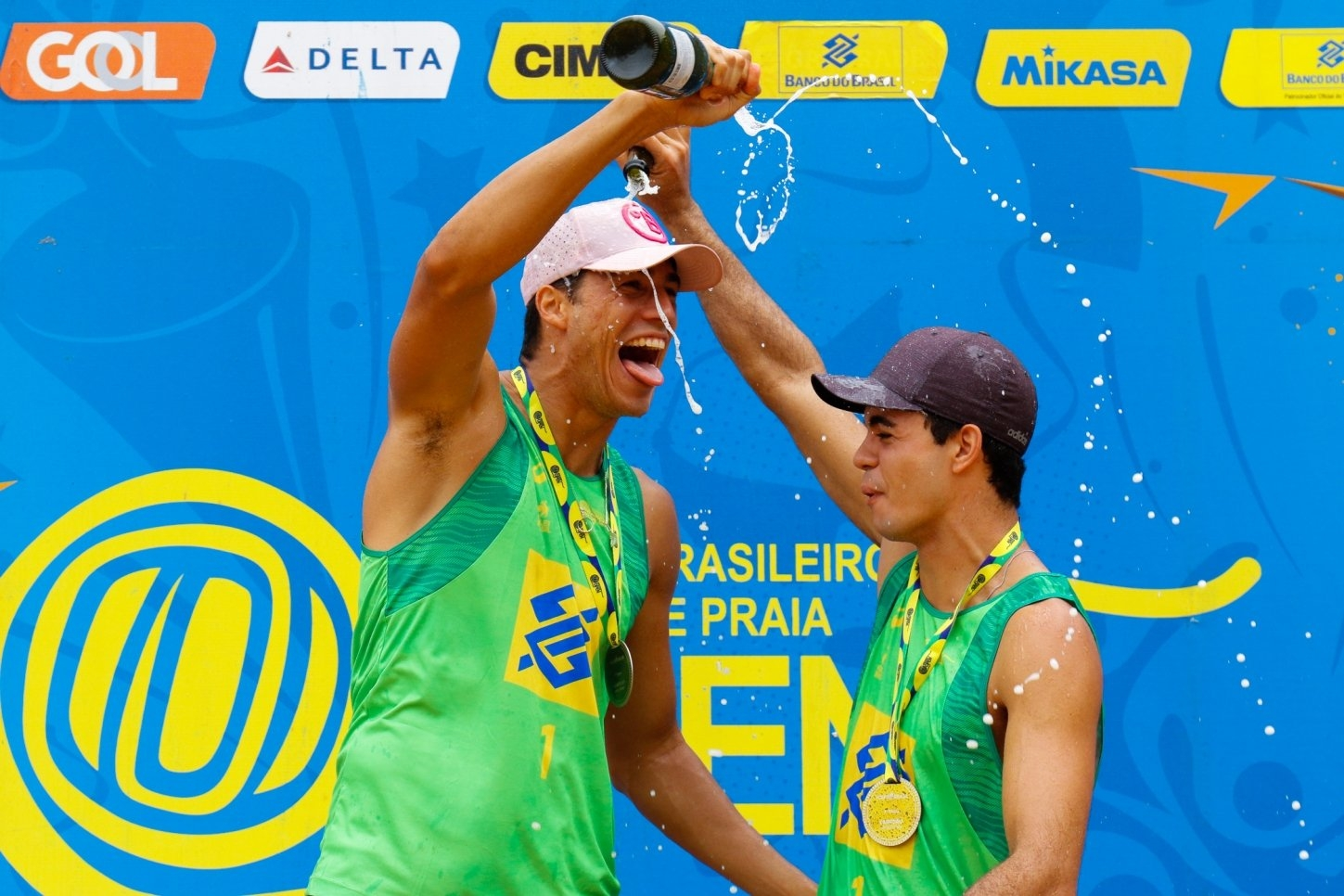 Saymon and Guto celebrate their victory at the podium (Photocredit: CBV)