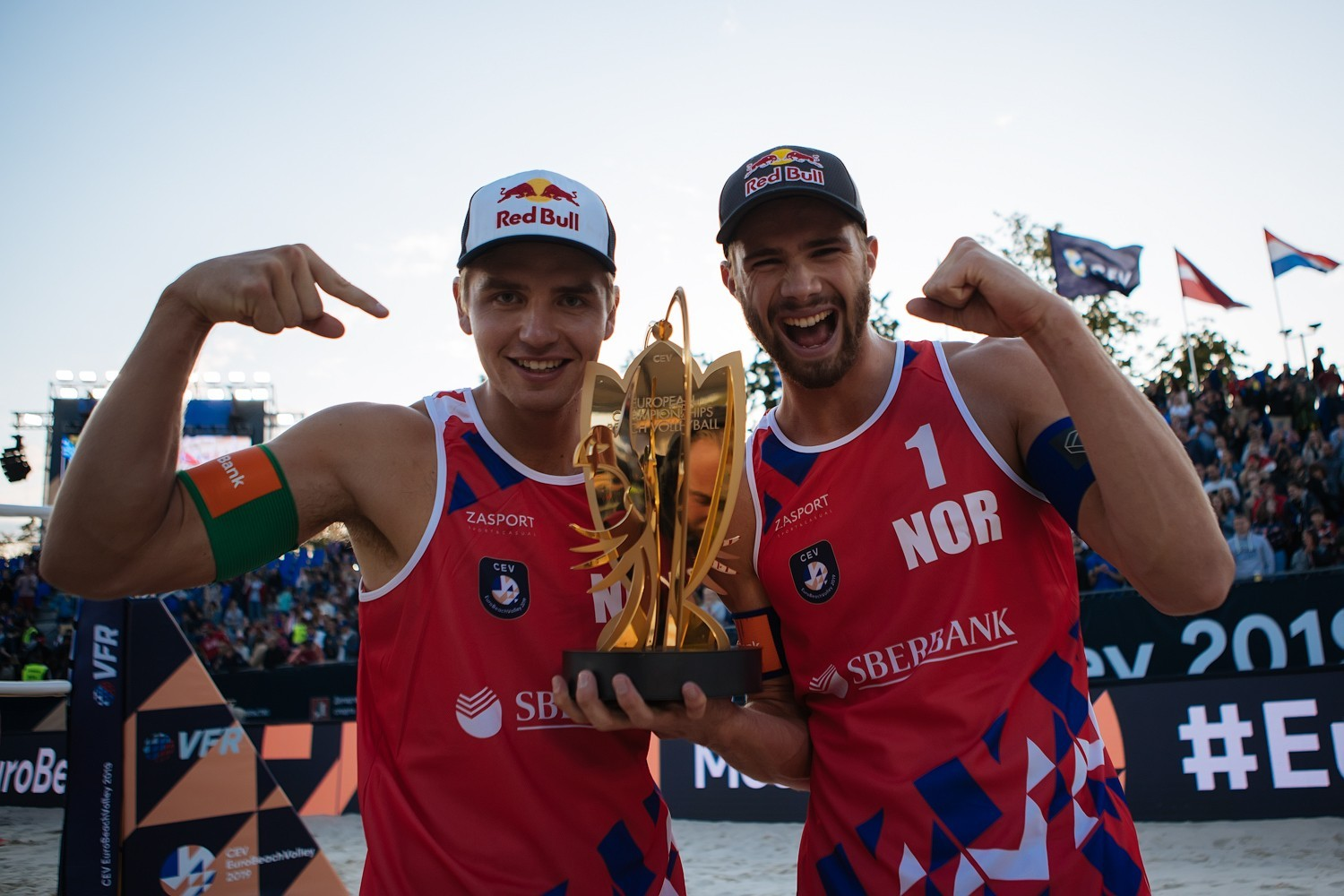 Sørum and Mol pose with the trophy of their second consecutive European title (Photocredit: CEV)