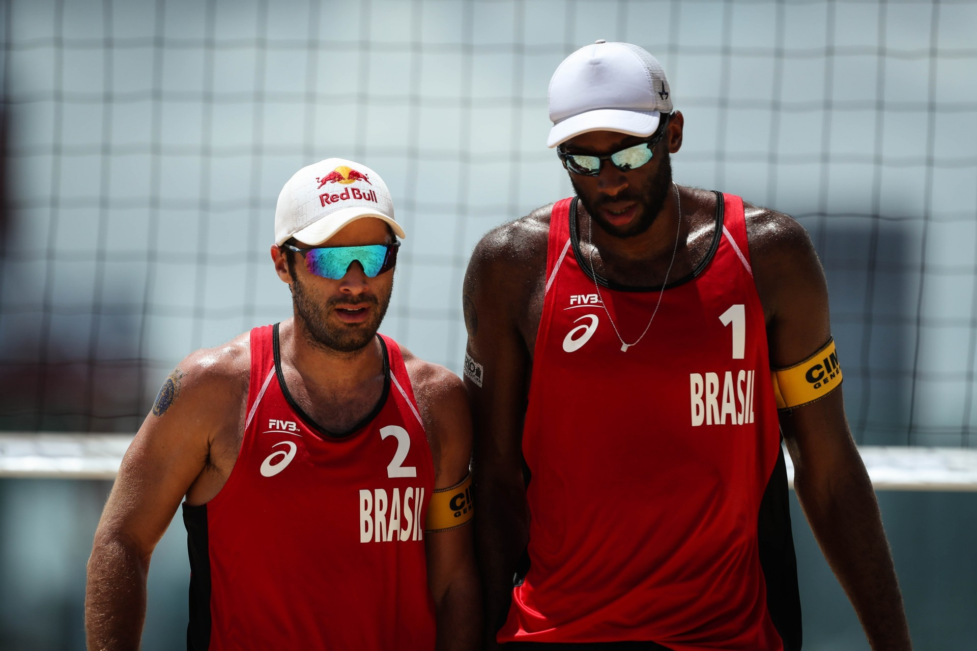 Bruno, 1.85m, and Evandro, 2.10m, have very different techniques when it comes to spiking