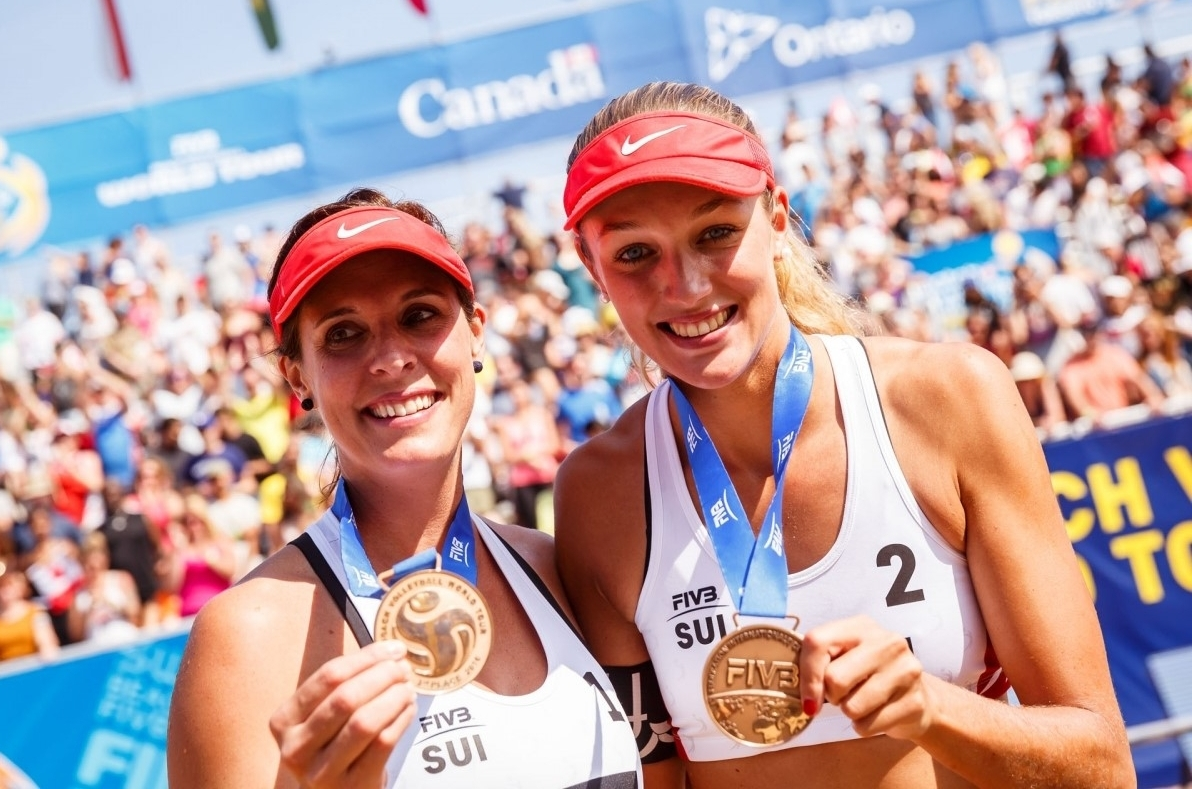 Anouk (right) and Isabelle Forrer with their bronze medals at the Swatch World Tour Finals in Toronto. Photocredit: Martin Steinthaler.