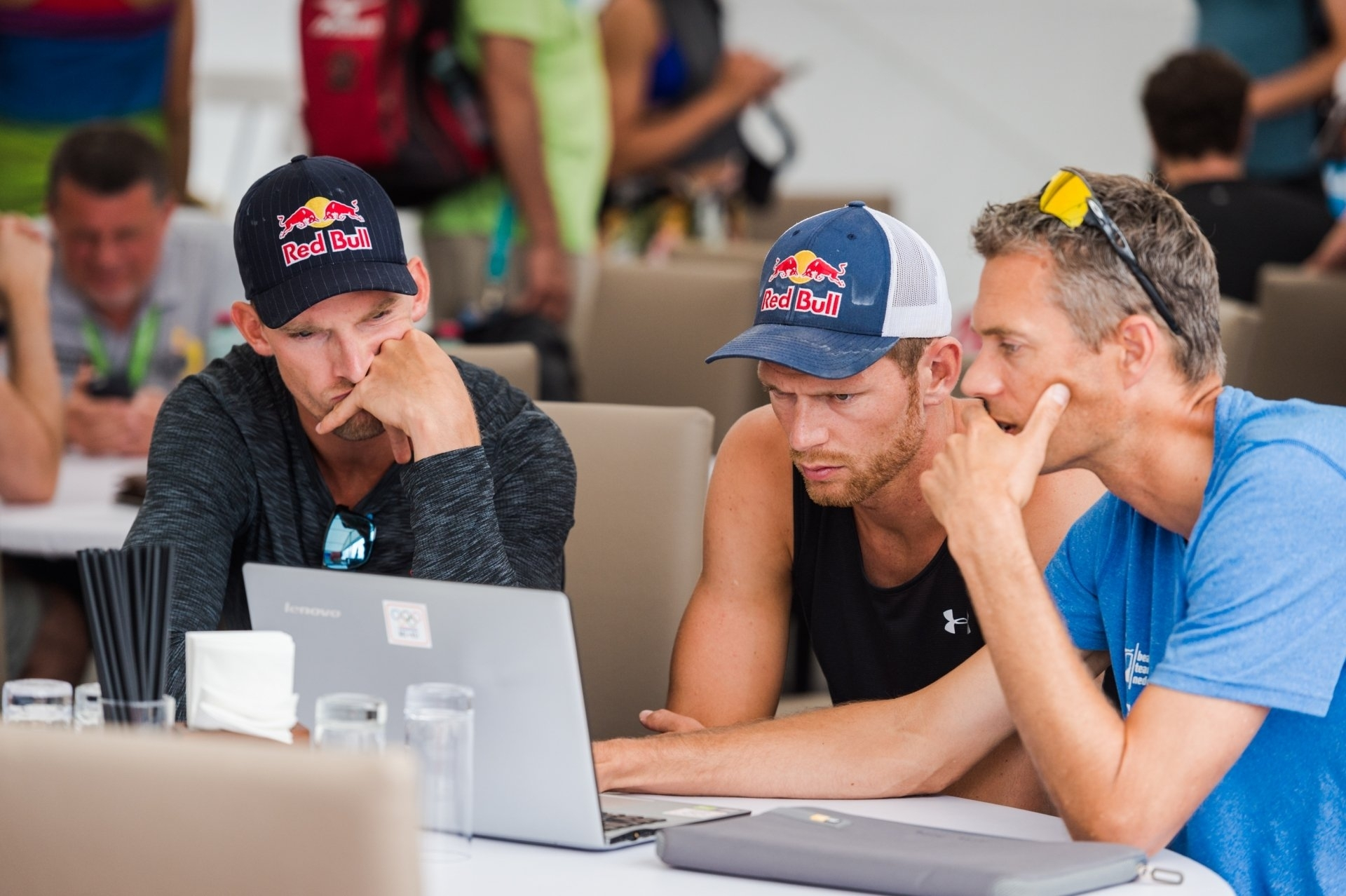 Coaching and learning never stops. Dutchmen Alex Brouwer and Robert Meeuwsen get a last-minute tutorial